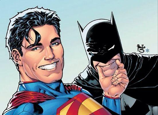 Superman força o Batman a dar um sorriso colocando a mão na sua boca